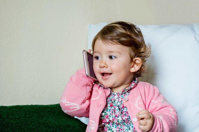 Двухлетняя девочка купила дорогой диван, играя смаминым телефоном