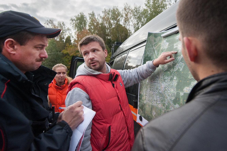 Григорий Сергеев (в центре) на поиске пропавшего человека.
