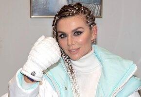 «Императрица!» Анна Седокова в алом прозрачном платье принимает поздравления