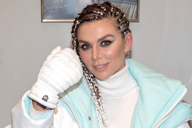 «Императрица!» Анна Седокова валом прозрачном платье принимает поздравления