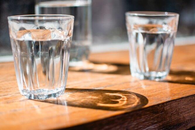 Два стакана с водой, сколько воды нужно пить в день