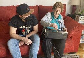 Вот это внук! Парень построил прибор, который помогает пожилой бабушке общаться