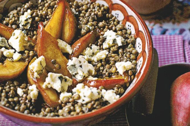 Салат из чечевицы с грушами и рокфором