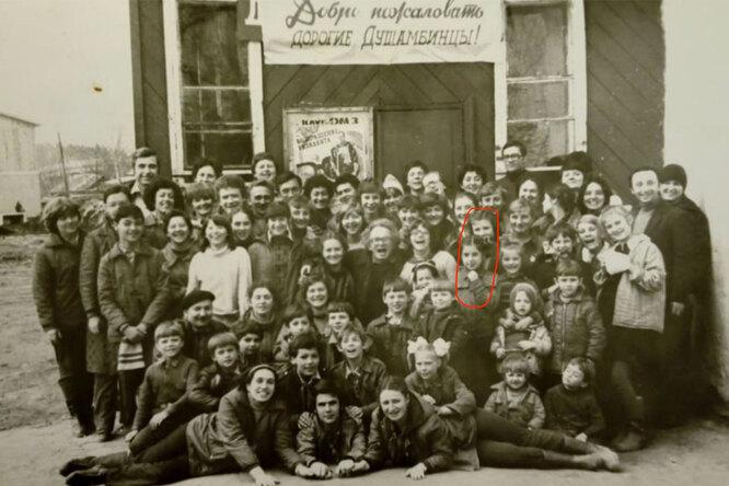 Коммуна Столбуна на выезде на гастролях. У коммуны был собственный театр, который демонстрировали для видимости серьёзной работы с детьми. Красным обведены Татьяна Успенская (сверху) и Анна Чедия (снизу).