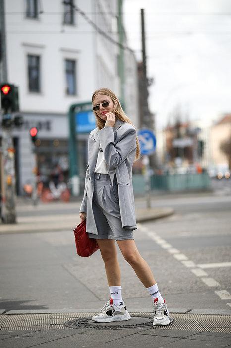 девушка в костюме с шортами