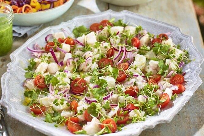 Салат с копченой рыбой и помидорками черри