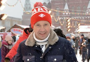 «Начинать никогда не поздно»: 53-летний Евгений Миронов учится кататься на коньках