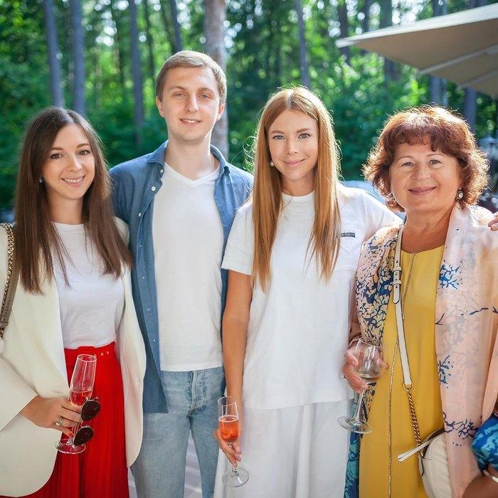Наталья Подольская, сестра-близнец Юлиана, брат Андрей исестра Татьяна