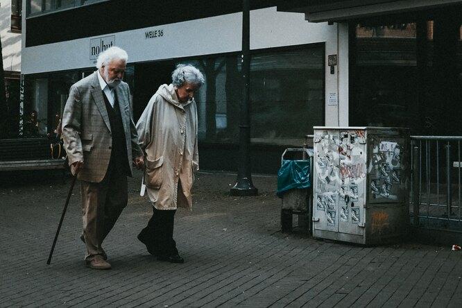пенсионеры, пожилая пара
