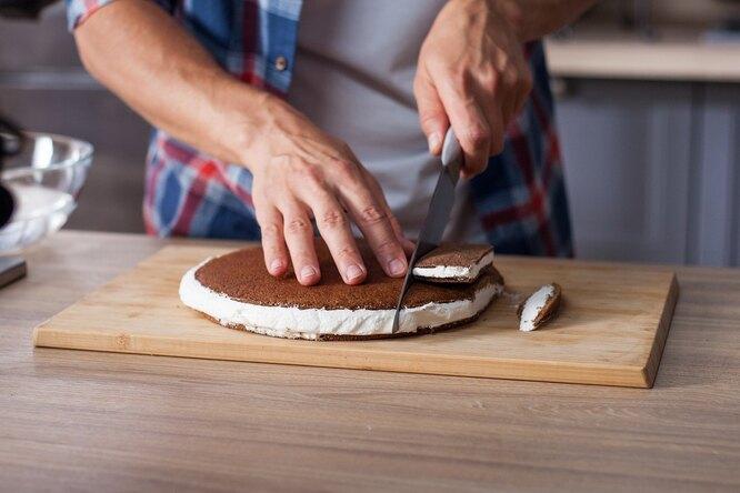 Готовый десерт разрезать на молочные ломтики