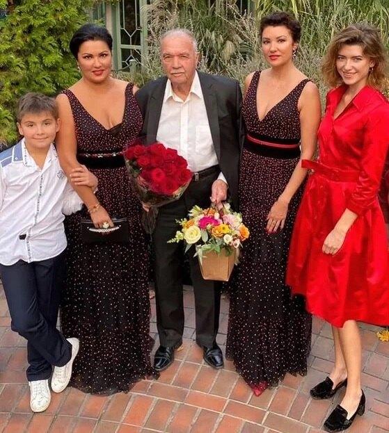 Анна Нетребко с сыном Тьяго, сестрой Натальей, племянницей Даниэлой и отцом Юрием Николаевичем