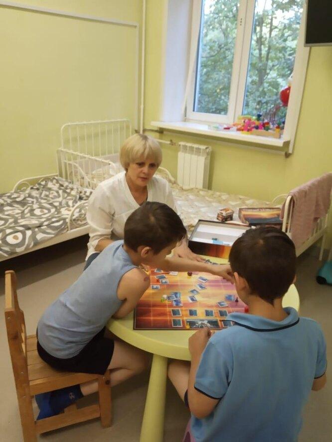 Елена организует занятия для детей в больнице