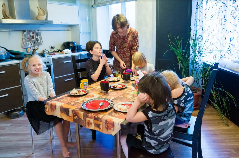 На кухне в своей новой квартире