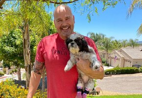 Мужчина с протезом приютил собаку, потерявшую лапы из-за домашнего насилия