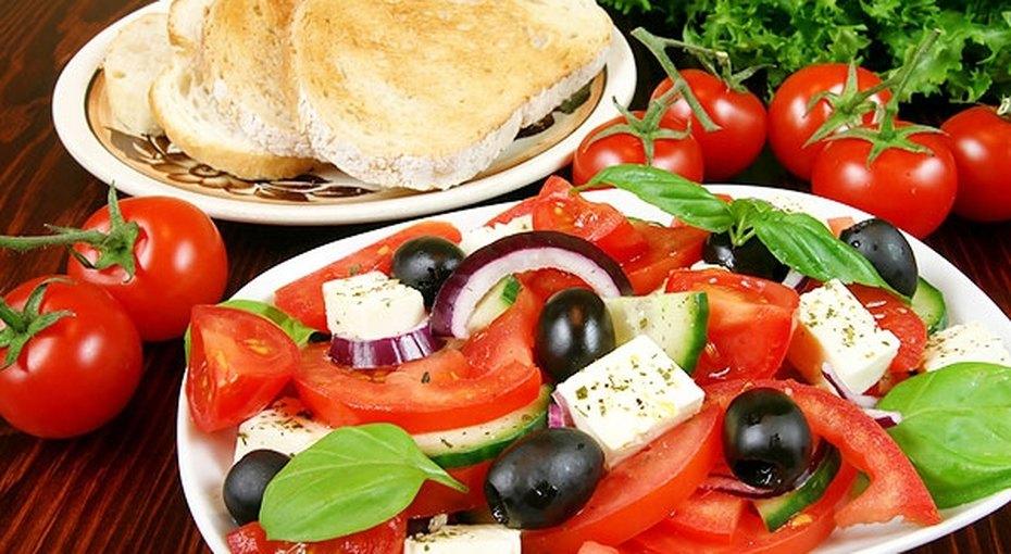Греческий салат весом в12 тонн