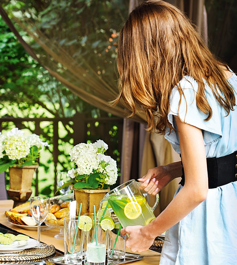 Девушка наливает домашний лимонад
