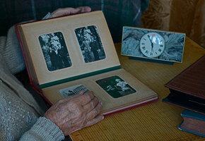 Бабушка всю жизнь прятала фотоальбом. После ее смерти внук открыл его