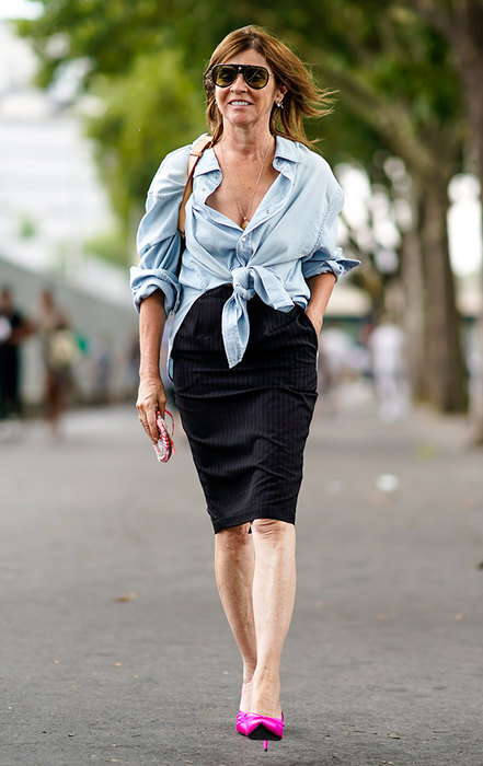 женщина в юбке и рубашке