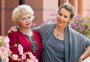 «Настоящая бабушка!»: Людмила Нарусова в образе Снегурочки поздравила семью Ксении Собчак