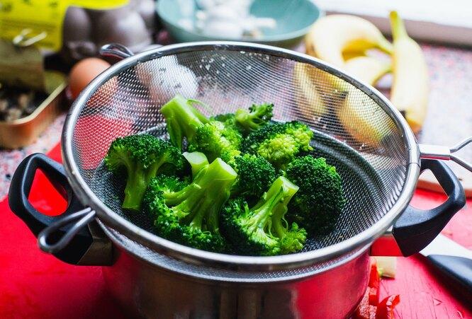 Припущенная брокколи в дуршлаге, польза брокколи