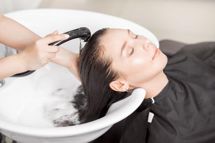 Почему лучше после мытья головы несушить волосы?