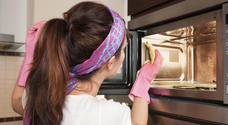 Грязная микроволновка: 3 удобных способа ее отмыть