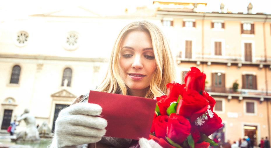 Что бы это значило? Загадочный незнакомец оставляет букеты цветов сзапиской повсему Лондону