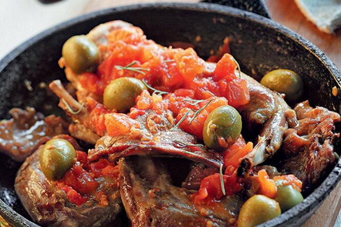 Кролик с оливками и помидорами