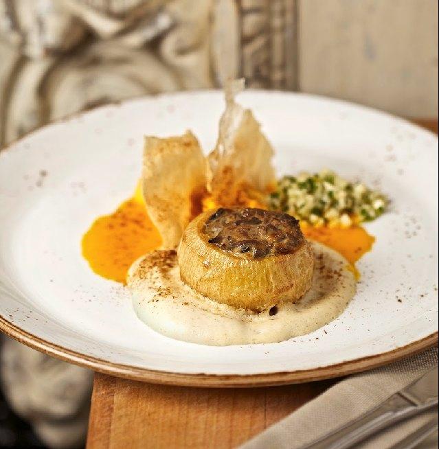 Начинённая разнообразными грибами петровская репа срепяным пюре, морковным соусом итартаром изквашеной репы.