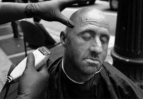 Мужчина бесплатно стриг бездомных – и получил в подарок парикмахерскую