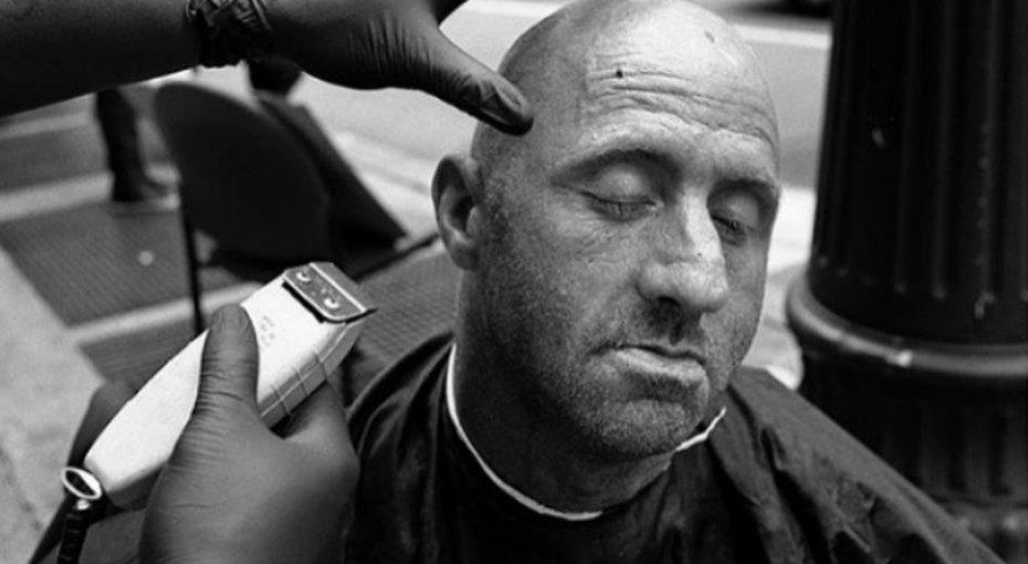 Мужчина бесплатно стриг бездомных - иполучил вподарок парикмахерскую