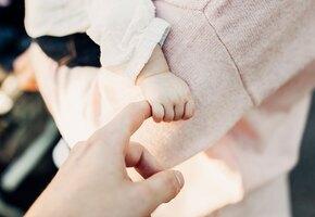 Жизнь «наизнанку»: девочка родилась без брюшной стенки и каждый день видит свои внутренние органы