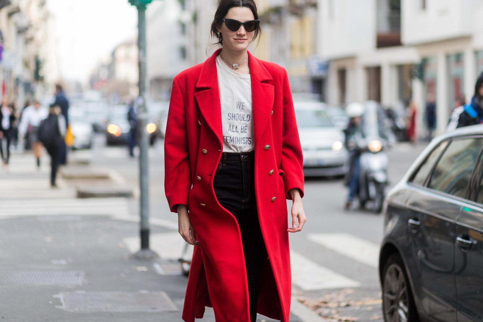 Девушка вкрасном двубортном пальто