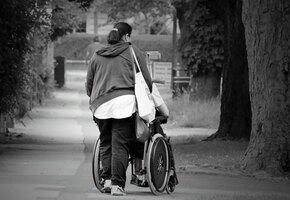 «Он два раза ударил Наташу в лицо»: на сотрудницу фонда помощи инвалидам «Перспективы» напали