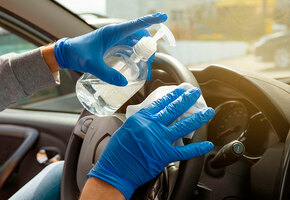 Нельзя оставлять в машине летом: санитайзер, минералка и ещё 7 вещей