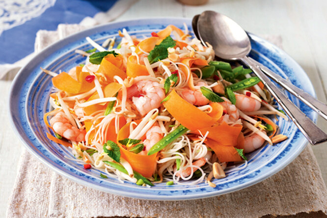 Салат из лапши с креветками по-тайски