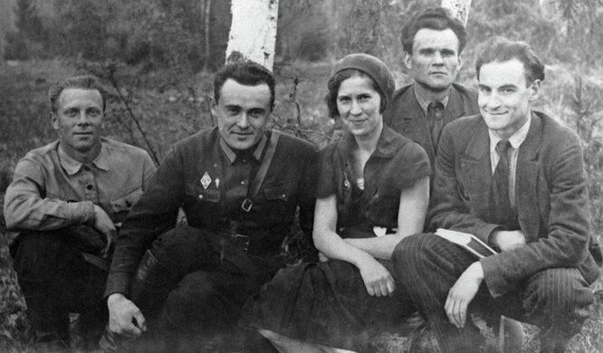 Сергей Королев (в центре), Сергей Люшин (слева) и Константин Арцеулов (справа) возле планера «Коктебель»