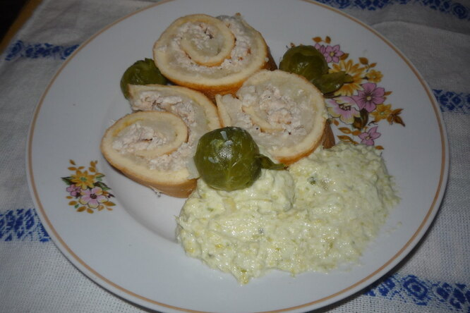 Рулет с куриным мясом и цветной капустой с соусом из брюссельской капусты
