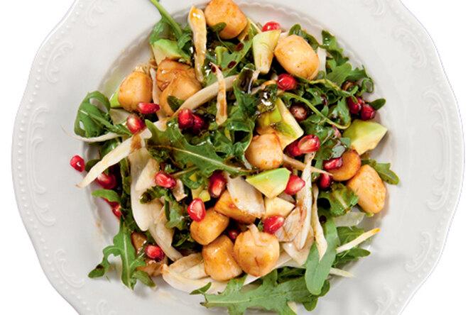 Салат с гребешками, фенхелем и авокадо