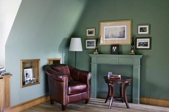 Фрагмент одной из спален второго этажа: здесь также был использован оттенок зеленого, но более приглушенный — оливково-серый.