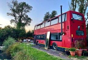 «Нет дома — нет долгов»: пара решила не брать кредит и переехала жить в автобус