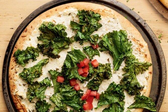Белая пицца со шпинатом