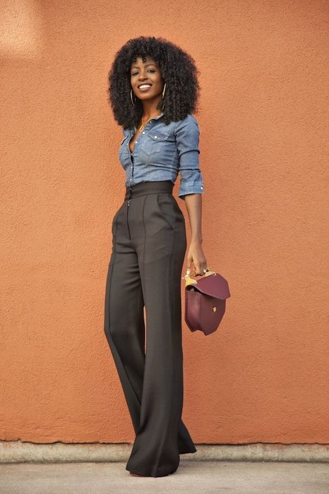 модель в длинных брюках
