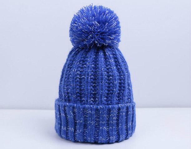 Вязаная зимняя шапка с помпоном для женщины и для девушки