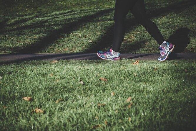 Ноги в кроссовках идут по дороге