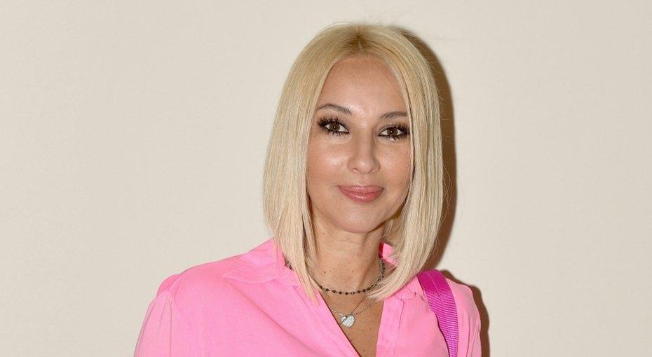 «Ах, какие ножки!» 48-летняя молодая мама Лера Кудрявцева показала фото вмини