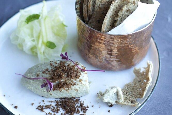 Крем из селедочки с хлебными чипсами