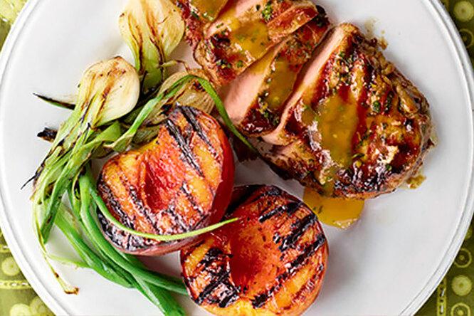 Свиная вырезка с персиками