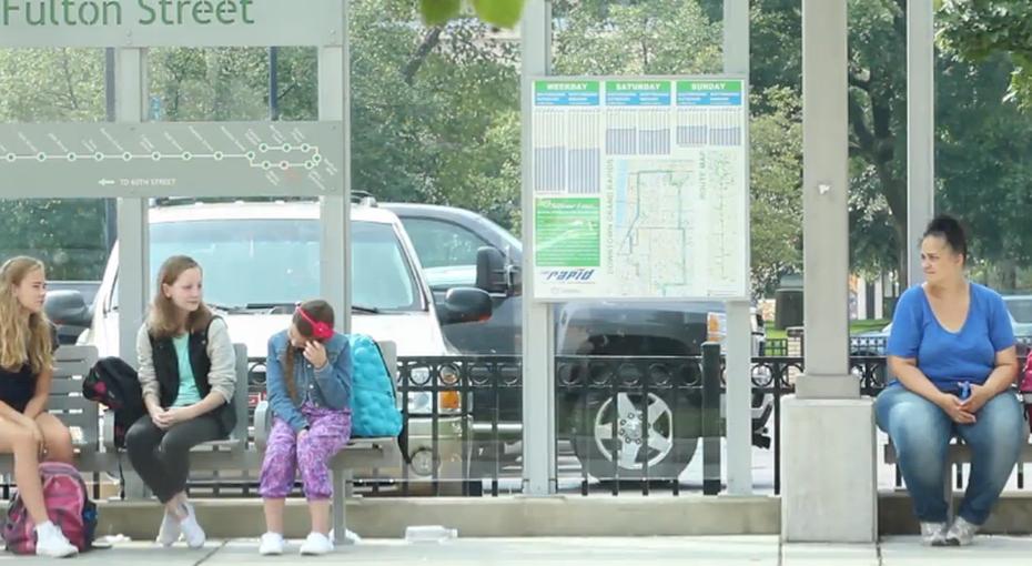 Видео, доводящее дослез: как взрослые защитили девочку отиздевательств сверстников