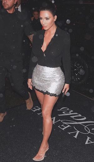 Ким Кардашьян в мини юбке